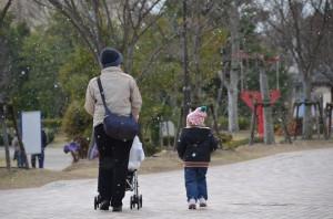 Carina en Annlie op 'n sneeu Kersdag in Tokushima