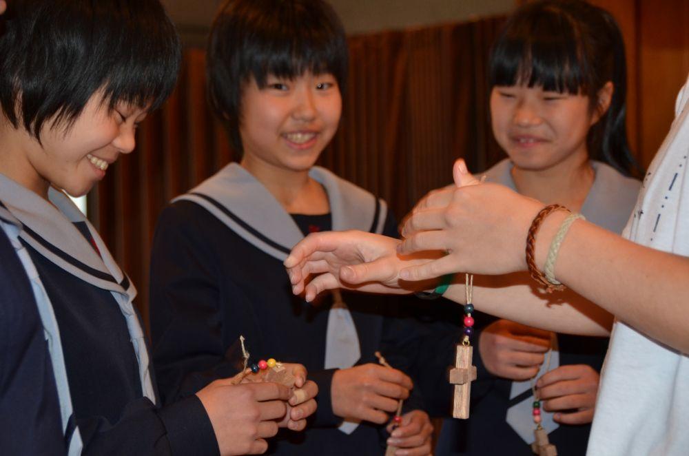 Japannese leerlinge ontvang kruisies as paasfees-herinneringsteken